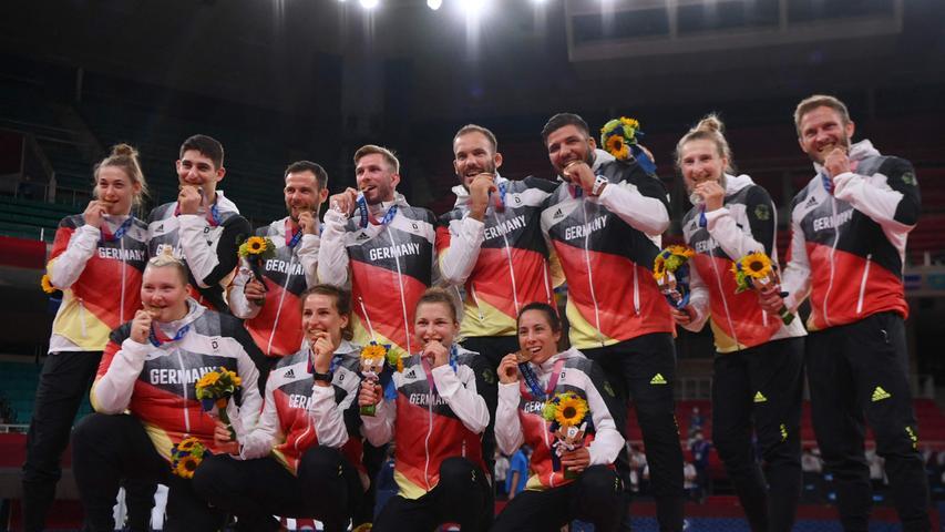 Die deutschen Judokas haben bei der Olympia-Premiere des Mixed-Teamwettbewerbs in Tokio die Bronzemedaille gewonnen. In einem der beiden kleinen Finals besiegten sie am Samstag die Niederlande mit 4:2.