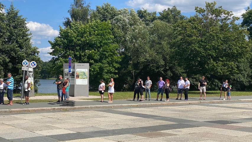 Die Schlange vor dem Impfzentrum reichte bis weit hinter den Eingang zum Volksfestplatz.