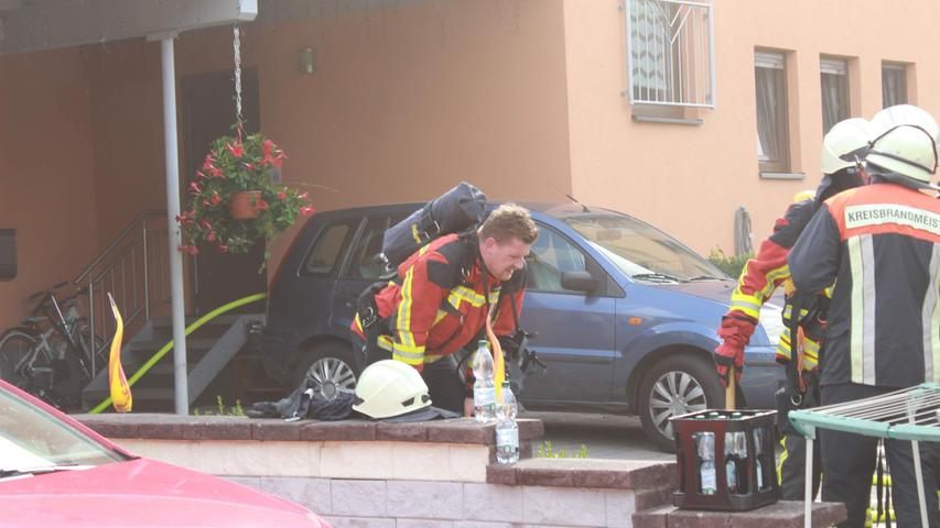 Zunächst bestand die unmittelbare Gefahr, dass die Flammen auf das Wohnhaus übergreifen könnten.