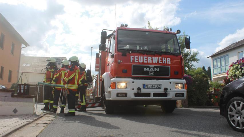 Am Samstagnachmittag (31.07.2021) wurde die Feuerwehr zu einem Brand nach Pegnitz alarmiert. Nach ersten Informationen brach das Feuer im Keller eines Wohnhauses aus. Die Brandursache ist bislang noch völlig unklar. Bei dem Unglück wurde glücklicherweise niemand verletzt. Die Nachlöscharbeiten der Feuerwehr dauern bislang noch an. Foto: NEWS5 / Holzheimer Weitere Informationen... https://www.news5.de/news/news/read/21533