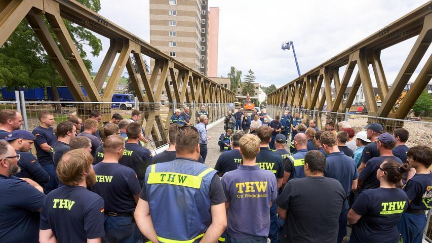 Helfer des Technischen Hilfswerks (THW) übergeben an der Stelle, an der die Markgrafenbrücke von der Flut zerstört wurde, eine von ihnen errichtete Behelfsbrücke.