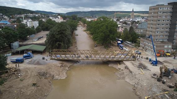 Nach Flutkatastrophe: Erste Behelfsbrücke in Bad Neuenahr-Ahrweiler fertig