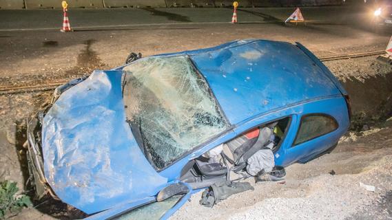 Auto überschlägt sich: Fahrer kommt schwer verletzt ins Krankenhaus