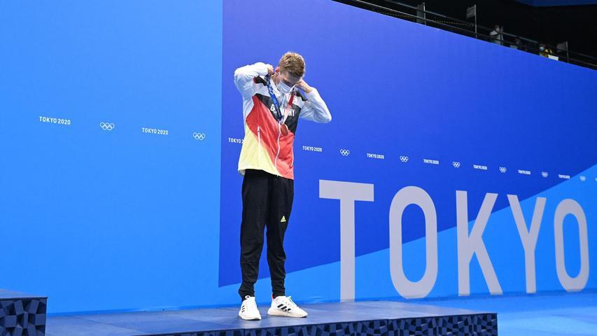 Doppel-Weltmeister Florian Wellbrock hat die erste Männer-Medaille eines deutschen Beckenschwimmers bei Olympischen Spielen seit über zwei Jahrzehnten gewonnen. Der 23-Jährige schlug über 1500 Meter Freistil beim Sieg des 800-Meter-Olympiasieger Robert Finke aus den USA als Dritter an und sicherte sich Bronze. In 14:40,91 Minuten blieb er auch noch hinter Vize-Weltmeister Michailo Romantschuk aus der Ukraine, der die Silbermedaille gewann.