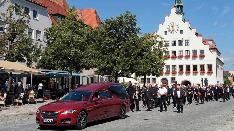 Über die Obere Marktstraße geleiteten die vielen Trauergäste den Sarg von Albert Löhner zum Friedhof in der Regensburger Straße.