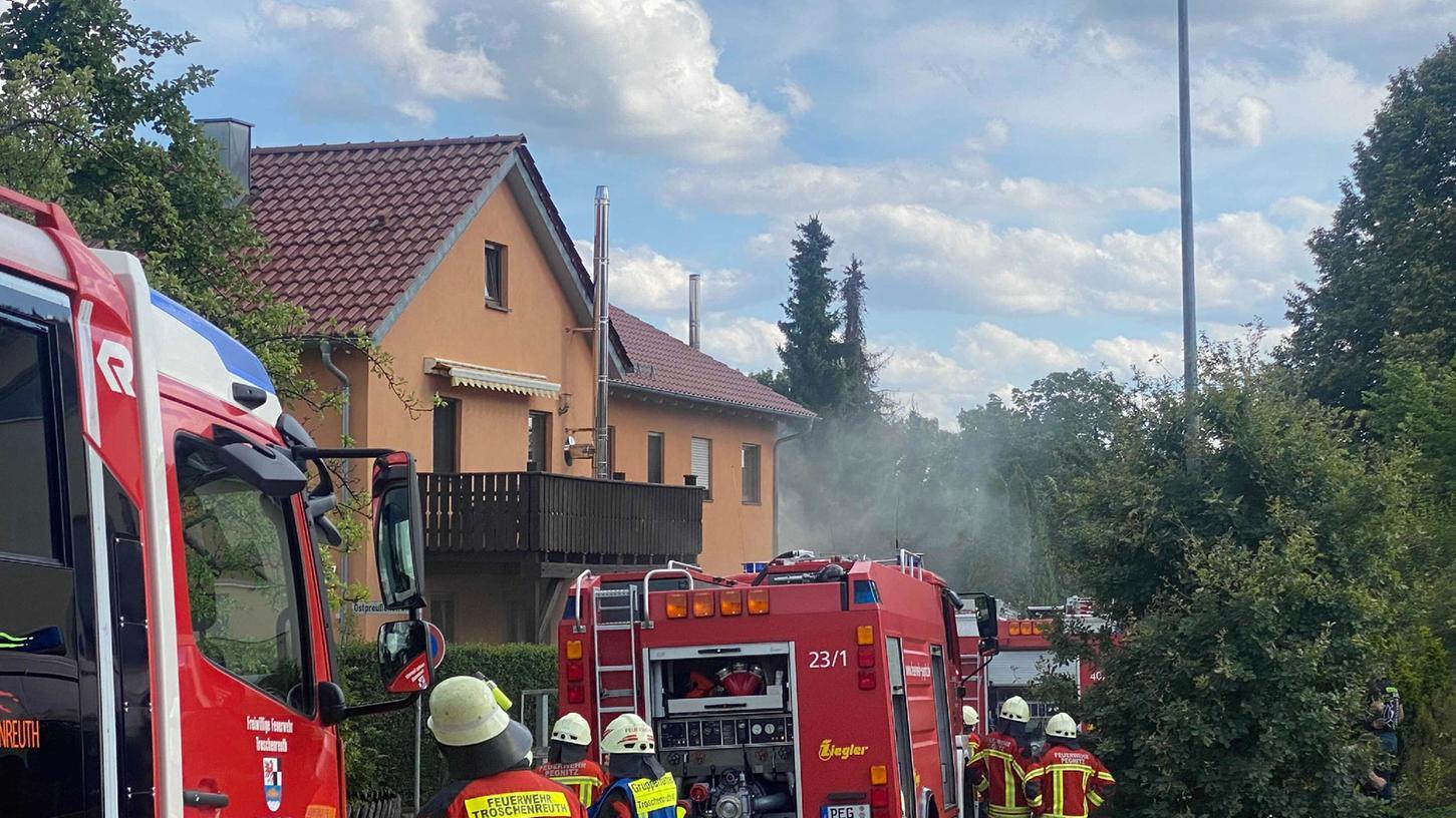 Die Feuerwehren im Landkreis hatten am Wochenende viel zu tun, wie hier beim Kellerbrand im Pegnitzer Ortsteil Hammerbühl.