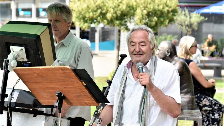Die beiden Vollblutmusiker Jürgen Matusche und Bernhard Lehmeier traten vor dem Unteren Tor auf.