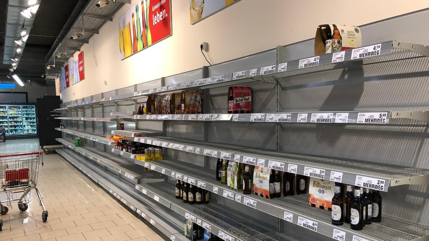 Die Regale im Rewe-Markt sind schon fast leer geräumt.