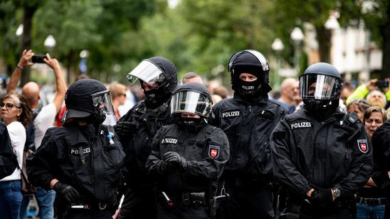 19 verletzte Beamte: Polizei mit Flaschen und Steinen beworfen