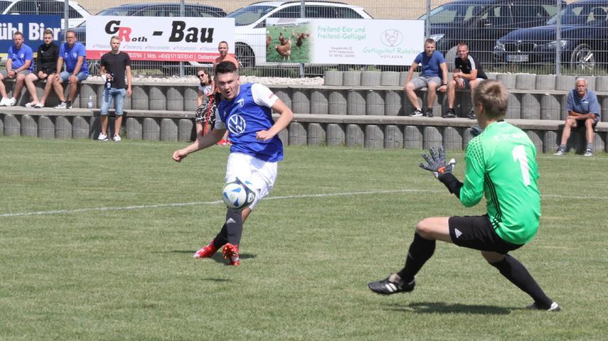 Das erste Tor der neuen Saison in der Kreisklasse West: Lukas Kirchdorfer erzielte in dieser Szene in der 9. Minute das 1:0 für den FC Nagelberg gegen den FC Aha.