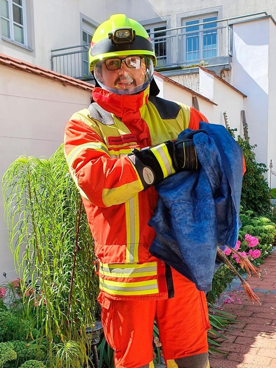 Feuerwehrmann Alexander Kosinski packte den jungen Storch behutsam in eine Decke.