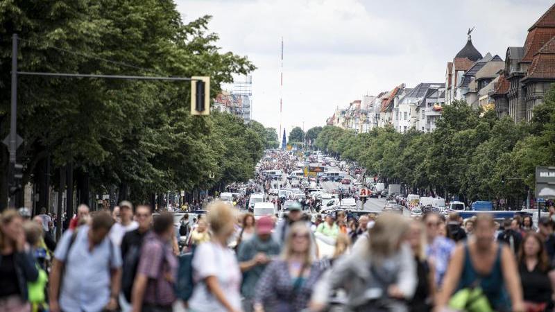Demonstranten gegen die Corona-Maßnahmen laufen die Bismarckstraße entlang. Mehrere Demonstrationen der in Berlin bleiben am Sonntag verboten.