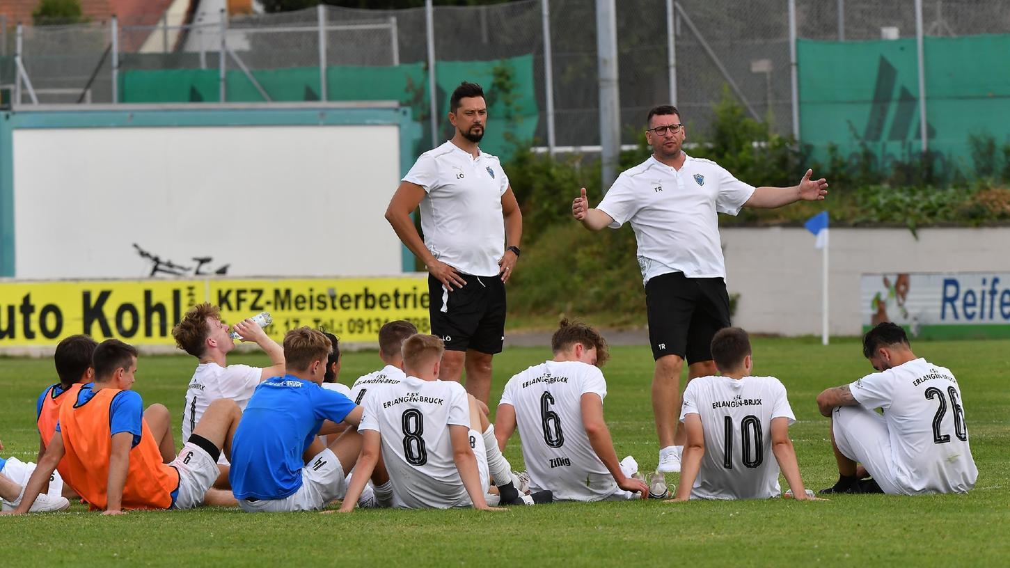 Redebedarf nach dem Spiel: Co-Trainer Levent Özdemir (links) und Thomas Roka sprechen zu ihrer Mannschaft