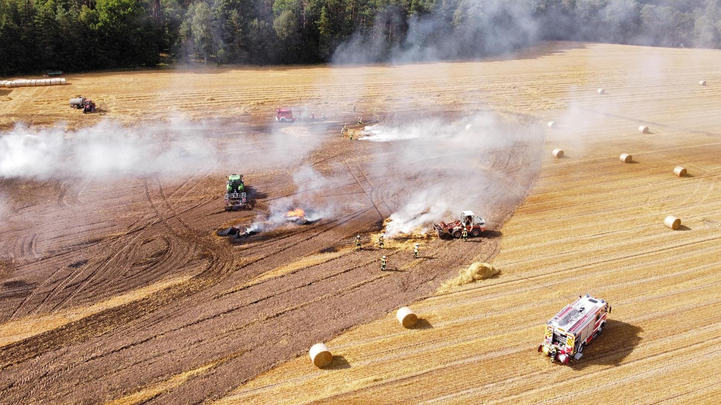 Auf einem Feld bei Thann, einem Ortsteil von Neustadt bei Coburg geriet bei Arbeiten eine Presse in Brand.