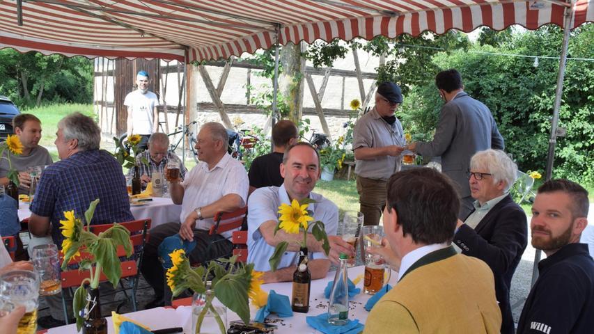 Hubert Aiwanger, dessen Großeltern Hopfenbau am Rande der Hallertaubetrieben,trinkt öffentlich - hier bei einer Veranstaltung im FränkischenFreilandmuseum Bad Windsheim - auch mal ein alkoholfreiesBier,
