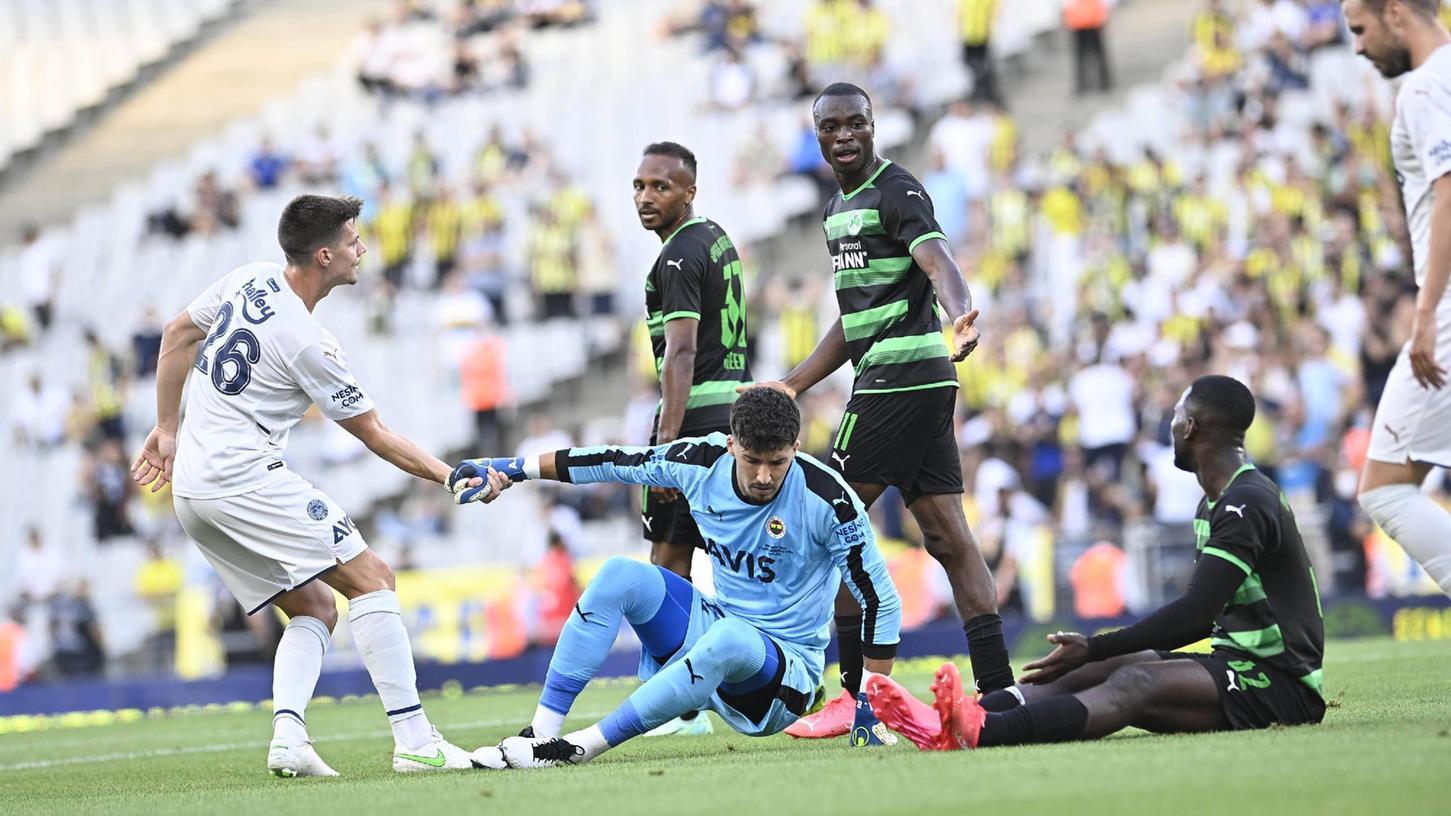 """""""Steh' auf, das Spiel geht weiter"""": So ähnlich dürfte Dickson Abiama (Mitte) gedacht haben, nachdem Abdourahmane Barry (rechts) am Istanbuler Torhüter gescheitert war."""