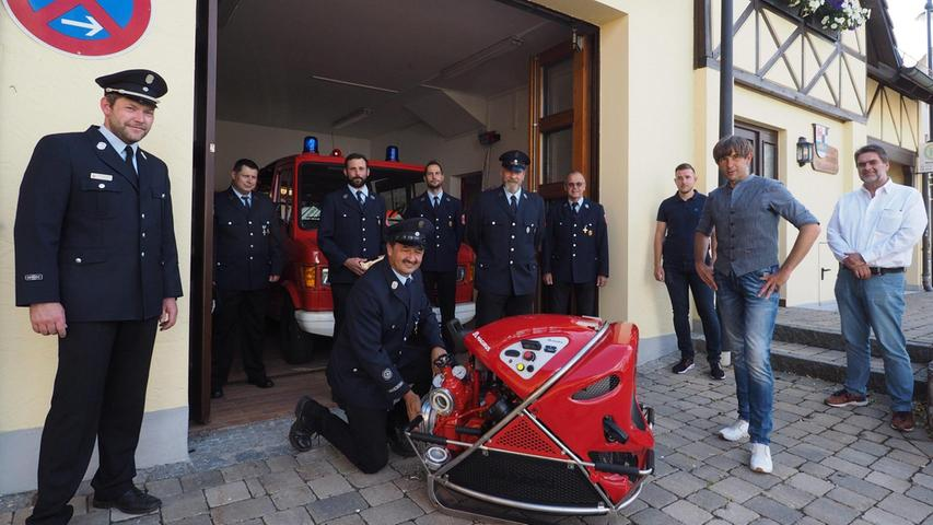 """Die Feuerwehr Körbeldorf hat eine neue Tragkraftspritze (TS) überreicht bekommen. Sie ersetzt, die 34 Jahre alte """"TS 8/8"""", an der bereits mehrere Reparaturen durchgeführt worden sind. Nachdem erneut ein Kupplungsschaden aufgetreten war und die Pumpe die Voraussetzungen einer Trockensaugpumpe nicht mehr erfüllt, erwies sich eine Reparatur wirtschaftlich nicht mehr als sinnvoll. Bürgermeister Wolfgang Nierhoff (PEG) übergab offiziell die 78 PS-starke High-Tech-Pumpe """"Magirus TS/10 1000"""" an die Körbeldorfer Wehr, zusammen mit Kreisbrandmeister Daniel Failner. """"Damit ist die Feuerwehr Körbeldorf wieder gut ausgestattet"""", betonte Nierhoff. Und damit könne man wieder den Brandschutz gewährleisten, ergänzte Kommandant Tobias Haberberger. Die Anschaffungskosten liegen bei knapp 11 000 Euro, die Regierung von Oberfranken steuerte 4700 Euro dazu bei."""