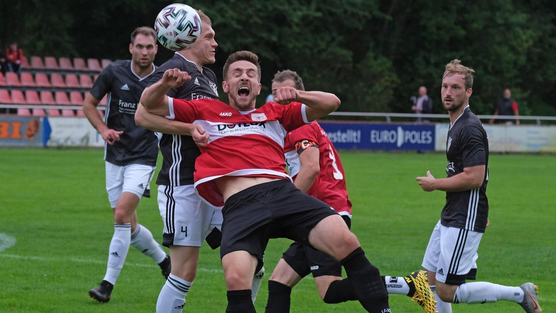 Voll zur Sache ging es im Landesliga-Spiel zwischen dem BSC Woffenbach und dem TSV1860 Weißenburg (in Rot: Sebastian Walter).