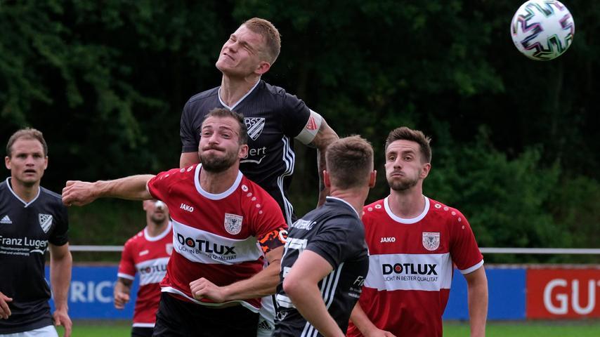 Zweites Spiel zweite Niederlage: Trotz seiner beiden Treffer musste Jonas Ochsenkiel (links, in Rot) musste dem Weißenburger Team eine 4:5-Niederlage in Woffenbach hinnehmen.
