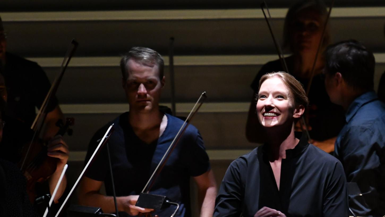 Joana Mallwitz im Großen Festspielhaus Salzburg mit Musikern der Wiener Philharmoniker.