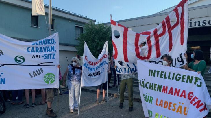 Gegner und Befürworter (ABL-MItarbeiter) der Firmenumsiedlung demonstrierten vor der Bertleinschule, in der die Laufer Stadtratssitzung stattfand.