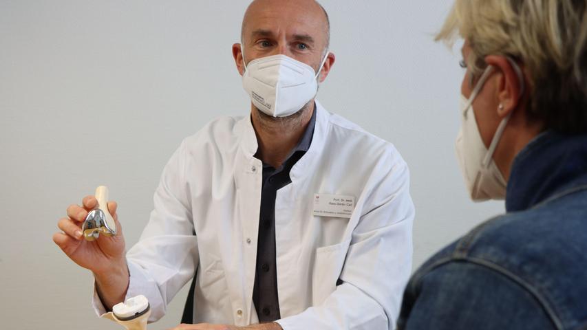 Prof. Dr. Hans-Dieter Carl, der Leiter der Orthopädie am Krankenhaus Martha-Maria Nürnberg, erläutert die Funktionsweise einer Knie-Endoprothese.