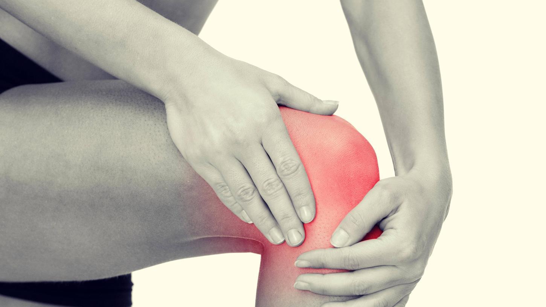 Schmerzen und zunehmende Steifheit im Kniegelenk sindsichere Anzeichen für einen fortschreitenden Verschleiß des Knorpelgewebes, die Arthrose.