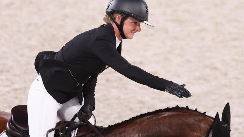 Reiterin Julia Krajewski bliebim abschließenden Springen mit der Stute Amande ohne Abwurf und sicherte Deutschland das vierte Einzel-Gold in Serie nach Hinrich Romeike 2008 sowie Michael Jung 2012 und 2016. Die 32-Jährigeist die erste Frau, die Olympiasiegerin im Vielseitigkeitsreiten wird.
