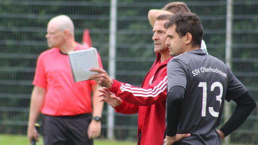 Letzte Anweisungen: Oberhochstatts Trainer Lothar Satzinger mit Neuzugang Mohamed Riahi.