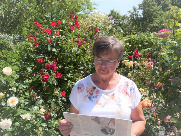 Gerline Büttner hat in ihremSammenheimer Rosengarten einen gemütlichen Zeitungsleseplatz mitten im Blütenmehr.