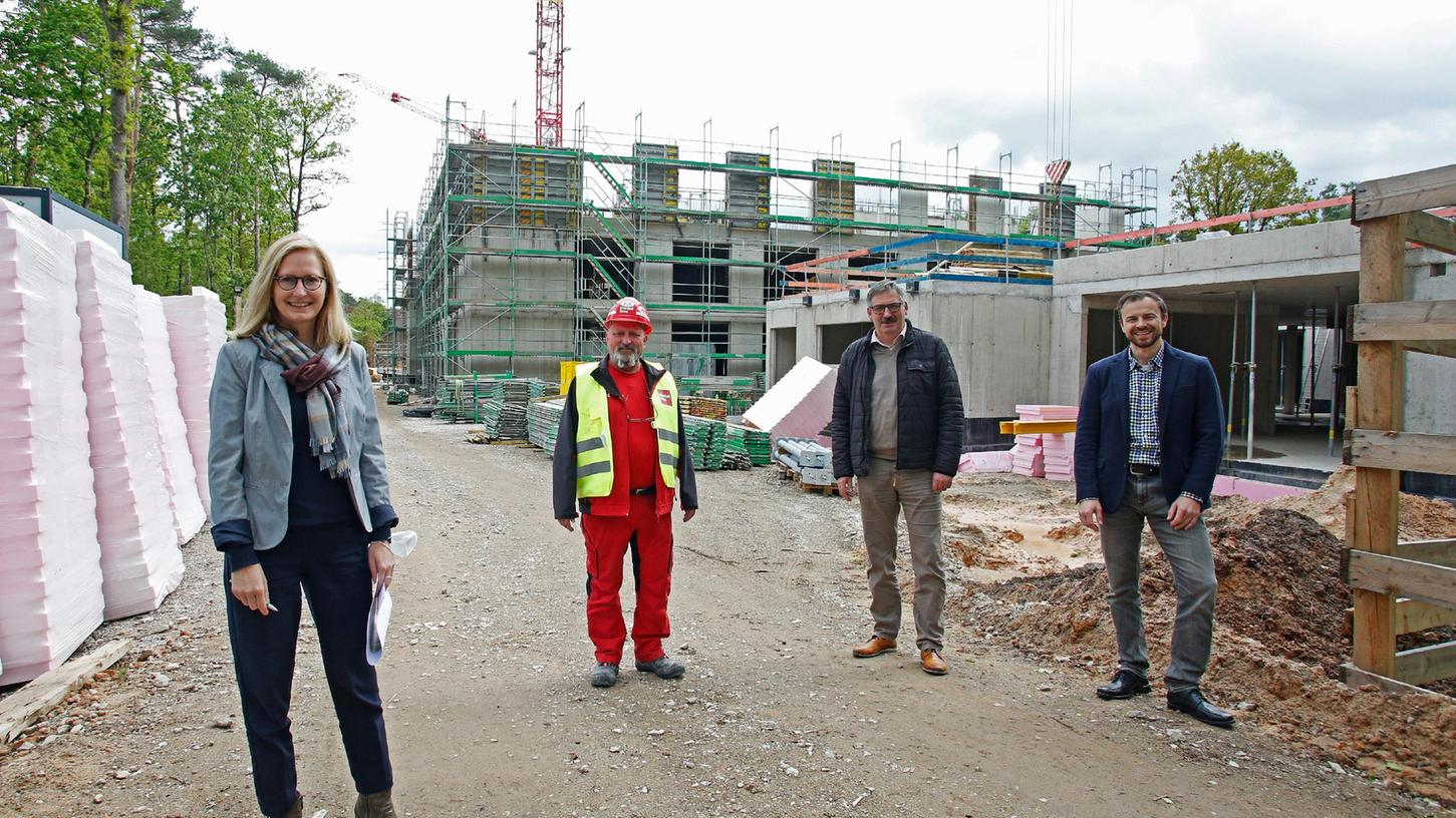 Eine Aufnahme aus dem Mai: Michael Pflügner, Zweiter Werkleiter des NüSt (2. von rechts), mit Barbara Sterl,Thorsten Luther (beide NüSt) und Ralf Lindner (Riedel-Bau, mit roter Arbeitskleidung) auf der Baustelle beim Neubau des August-Meier-Hauses.