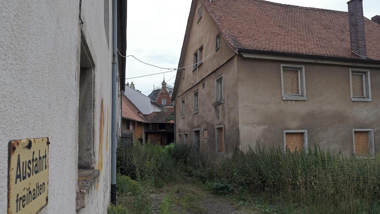 Der ehemalige Bauernhof zwischen Niederhofener und Eichstätter Straße wird nun endgültig abgerissen. Der Auftrag ging an die Firma Schutt Karl in Pfraunfeld. Auf dem Grundstück wird einem CSU-Antrag folgend ein