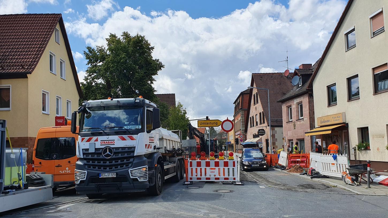Mit Schlaglöcher flicken ist es in Fischbach nicht mehr getan. In der Hauptstraße wird die Fahrbahn neu asphaltiert.