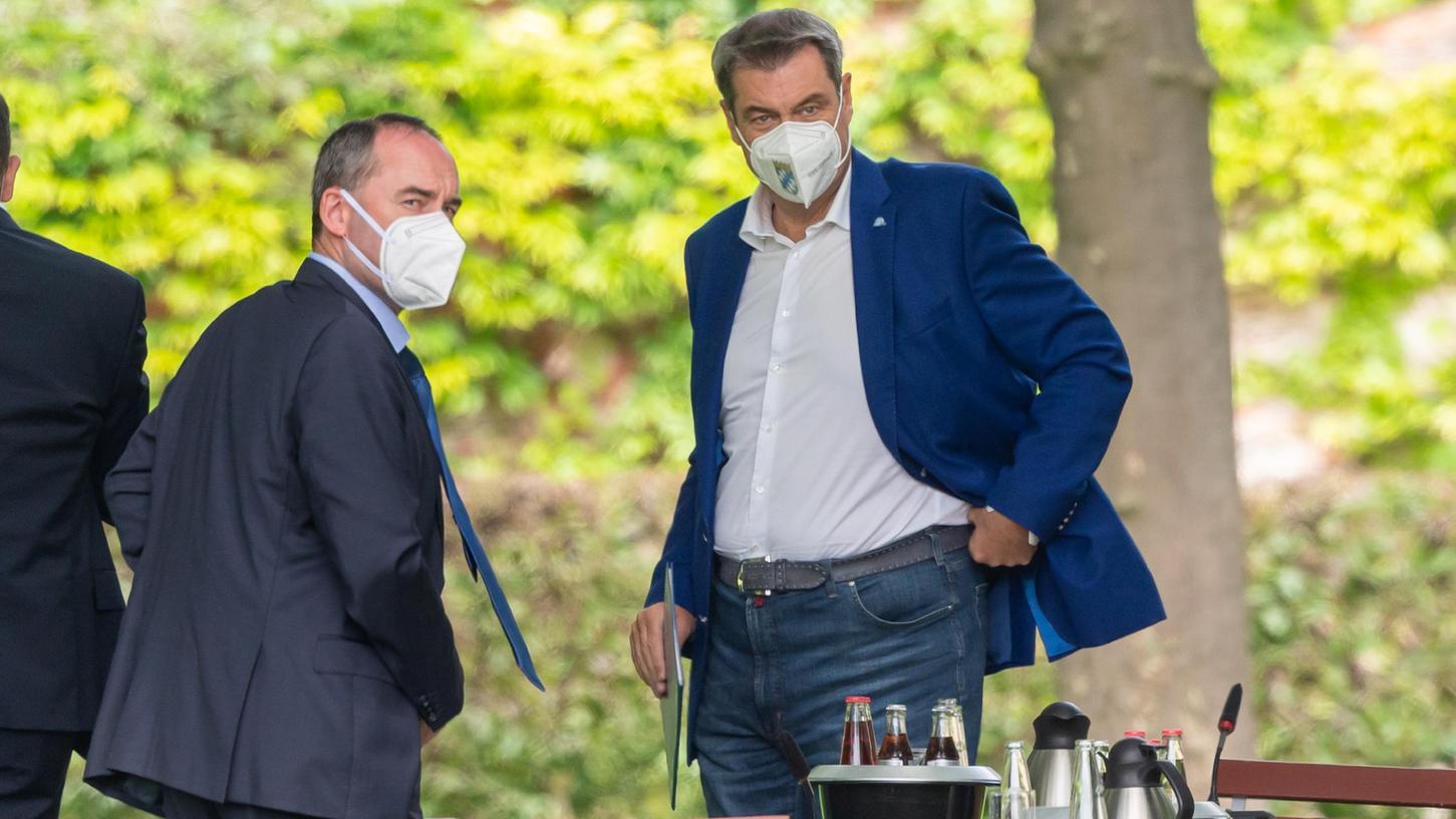Lange vereint, jetzt entzweit: Über das Thema Impfen haben sichMarkus Söder (rechts) und Hubert Aiwanger so zerstritten, dasss mittlerweile sogar die Koalition gefährdet ist.