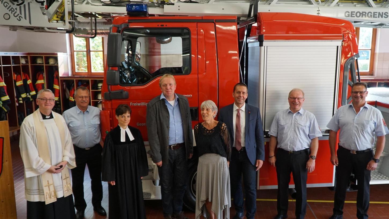 Mit dem Segen der Kirchen wurde in Georgensgmünd die neue Drehleiter eingeweiht, fast 600.000 Euro wurden für die Sicherheit der Bürger investiert. Amtsträger, allen voran Bürgermeister Ben Schwarz, freuen sich mit der Führungsspitze der Wehr.