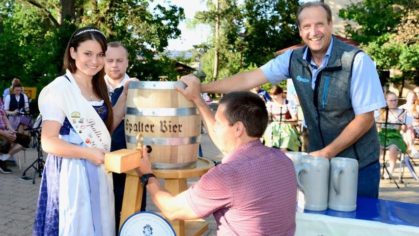Zum Kirchweihauftakt in Georgensgmünd hatte die Spalter Bierkönigin Johnna Merkenschlager symbolisch ein Fass Festbier angezapft.