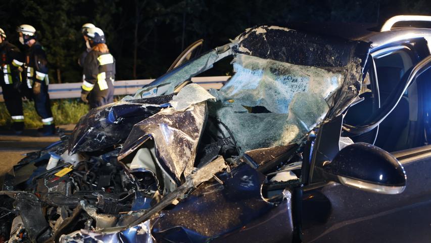 Auto fährt auf Lastwagen auf: Totalschaden