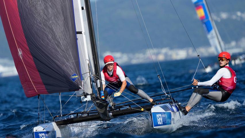 Die Katamaran-Segler Paul Kohlhoff und Alica Stuhlemmer haben Olympia-Bronze gewonnen. Die Kieler Mixed-Crew verteidigte am Dienstag im Medal Race der Nacra 17-Klasse vor Enoshima ihren dritten Platz in der Gesamtwertung. Dazu reichte dem 26-jährigen Kohlhoff und der fünf Jahre jüngeren Stuhlemmer ein achter Rang in der Abschluss-Wettfahrt. Olympiasieger wurden Ruggero Tita/Caterina Banti aus Italien vor John Gimson/Anna Burnet aus Großbritannien.