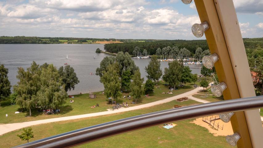 Jetzt zur Ferienzeit bietet sich dieser schöne Blick von oben auf den Rothsee. Dort steht schon seit Tagen ein Riesenrad, das auch eifrig genutzt wird.