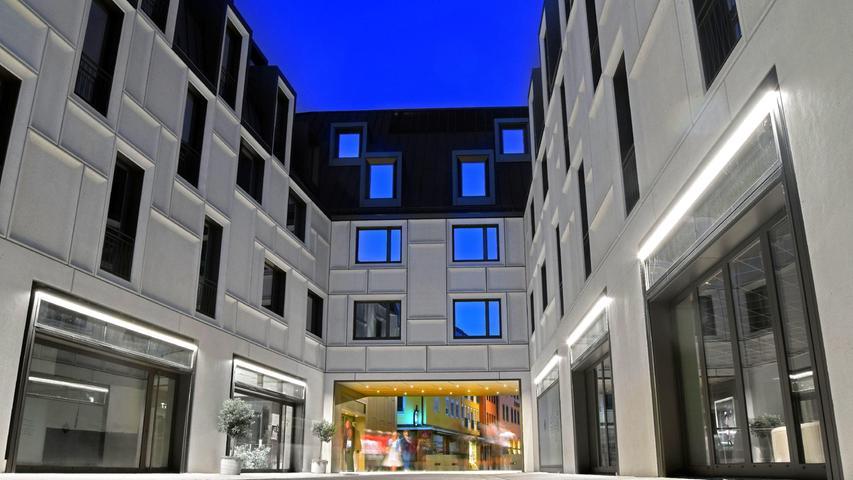 Quadratisch und grau präsentiert sich der Augustinerhof in blauer Nacht. Dieser Eindruck wurde durch etwas Nachbearbeitung noch unterstützt.