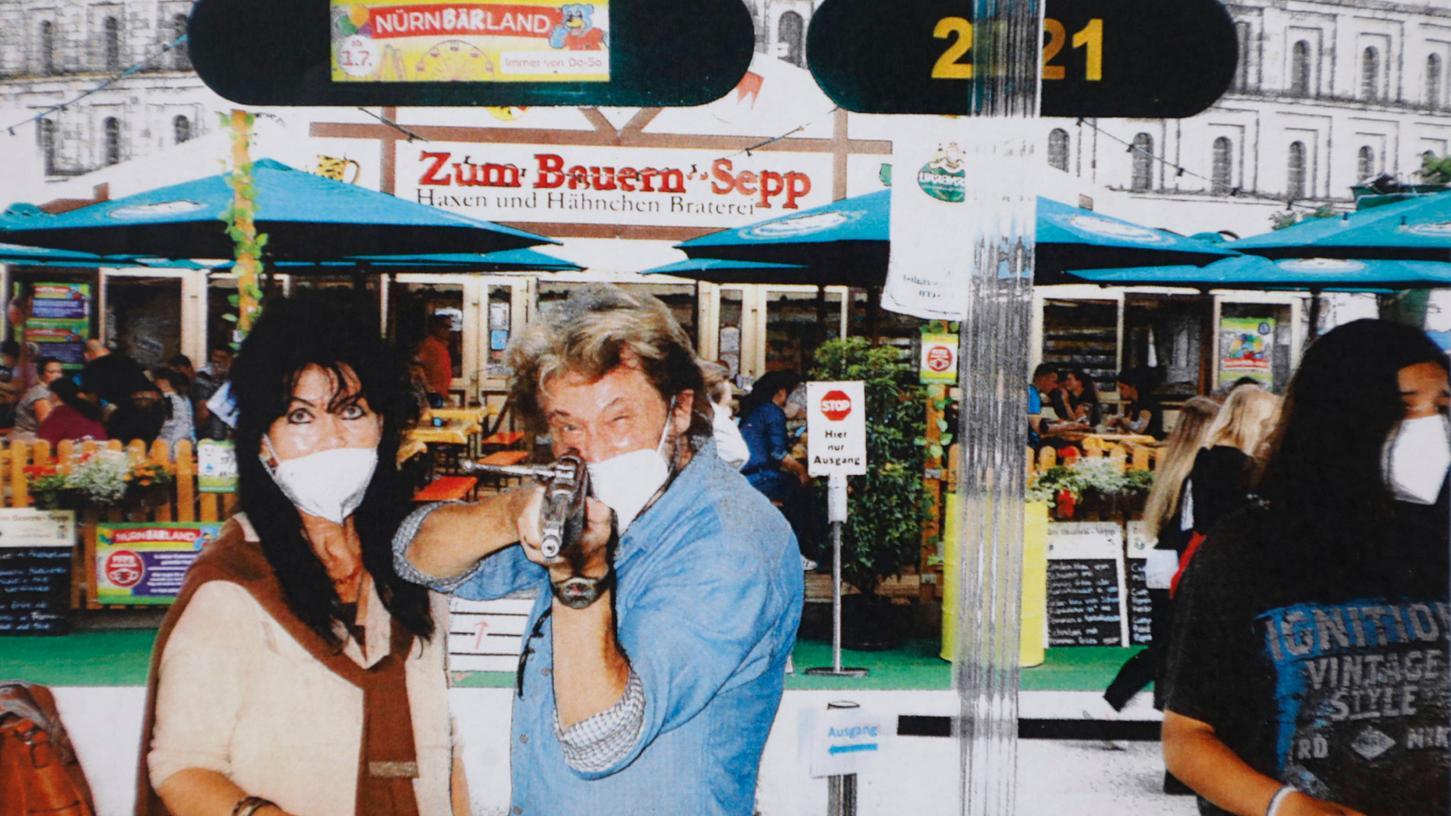 Seit fast 50 Jahren machen sie das gleiche Foto: Alfons Dinnebier aus Weißenburg hält mit seiner Frau Maria einen Schießbuden-Selfie-Rekord. Auch 2021 konnte er ein Foto machen - dank dem Nürnbärland und dem