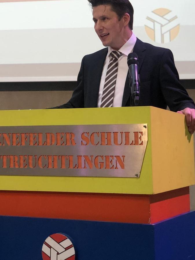 Stolz: Rektor Stefan Burzler verabschiedet sich von seinen Schülern.