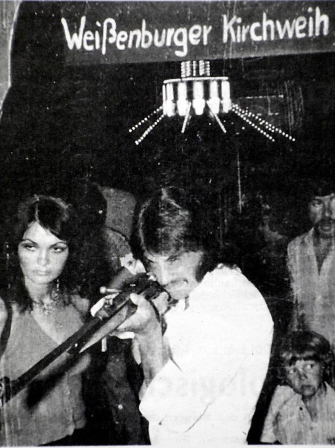 Mit diesem Foto von 1974 auf der Weißenburger Kärwa startet die Serie. Seitdem macht Alfons Dinnebier mit seiner Frau Maria jedes Jahr ein Foto an der Schießbude.