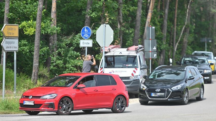 In Hofstetten, dessen Ortsdurchfahrt nach dem lautstarken Protest aus Hilpoltstein und mehreren Ortsteilen dann doch wieder geöffnet wurde, war gestern schon deutlich mehr Verkehr zu beobachten. aber zu größeren Autoschlangen kam es nicht, auch nicht an den Ampeln.
