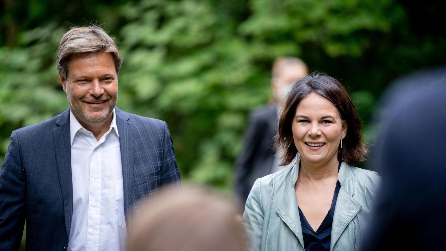 Grünen-Kanzlerkandidatin Annalena Baerboc und Co-Parteichef Robert Habeck kommen zur Vorstellung ihres