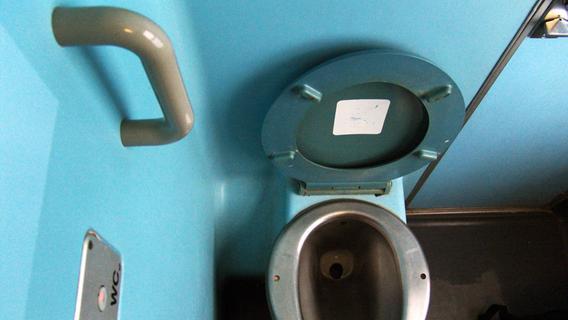 Unappetitlich: Frau fällt Handy in Bahn-Toilette - Polizei rückt an