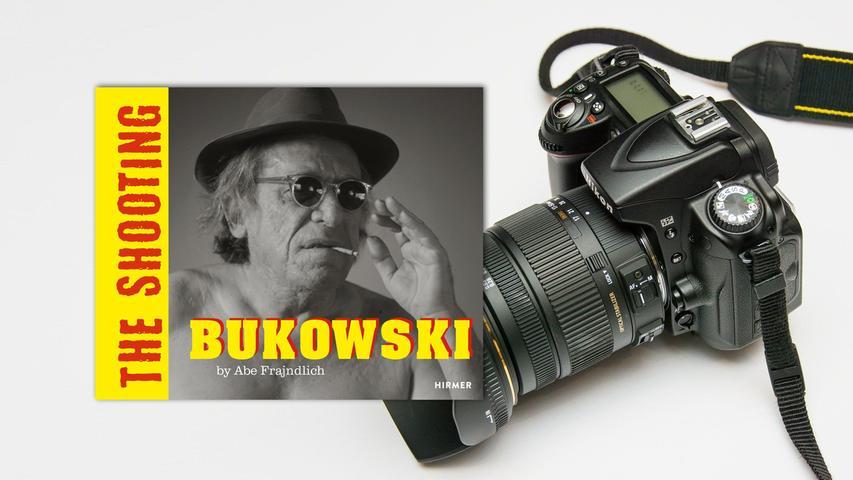 Schon eine Schau, dieser Saufaus: Wie Charles Bukowski unbekümmert lebensfroh an seiner Schreibmaschine sitzt, die Bierflasche am Mund oder in Greifweite, wie er mit nackter Rentnerbrust stolziert, kokett mit Sonnenbrillevormnarbigen Gesicht, und wie ein Schlot qualmt, neben sich die auch nicht nüchterne Freundin Linda! Der berühmte Fotograf Abe Frajndlich durfte (oder musste) den US-Autor 1985 gleich zweimal in Kalifornien besuchen und schoss dabei Porträts, die den