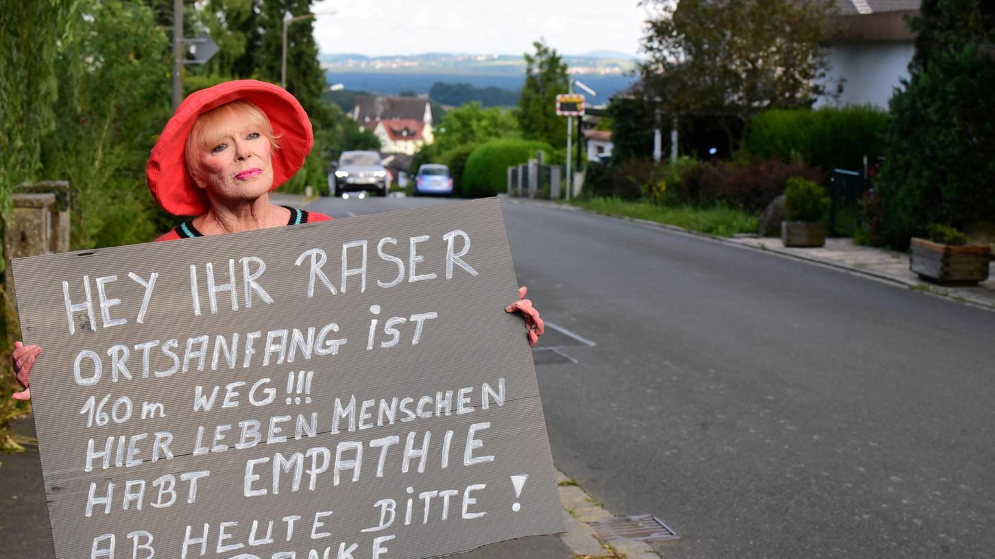 Aktiv gegen Raser: Filmstar und Malerin Elke Sommer in Marloffstein.