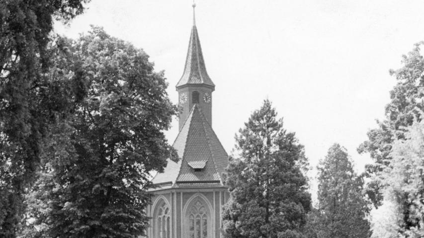 Ein Kleinod unter den Nürnberger Gotteshäusern erstrahlt in neuem Glanz. Das Johanniskirchlein auf dem Johannisfriedhof, dessen Chor 1377 und dessen Langhaus 18 Jahre später eingeweiht wurde, ist für 320.000 DM renoviert worden. Die Kosten teilten sich das Land Bayern, die Stadt Nürnberg, die evangelisch-lutherische Kirche in Bayern und die Kirchengemeinde.