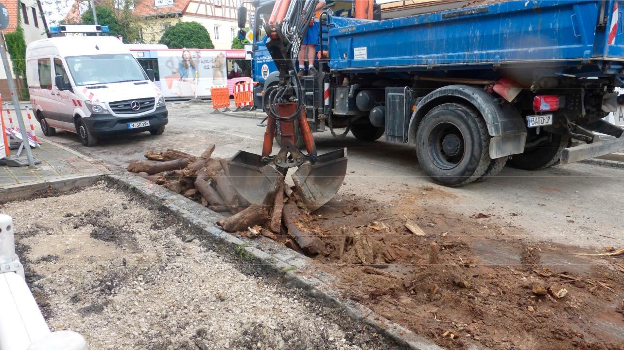 An der Baustelle in Fischbach kamen uralte Hölzer einer früheren Straßenbefestigung zum Vorschein.
